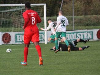 Özdemir (Torwart Türkspor) foult Kehl (PSV)
