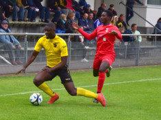 Können Papa Ndiaye (Foto rechts) und Tus Osdorf am Freitag die ersten Punkte einfahren? (Foto: Lobeca/Gettschat)