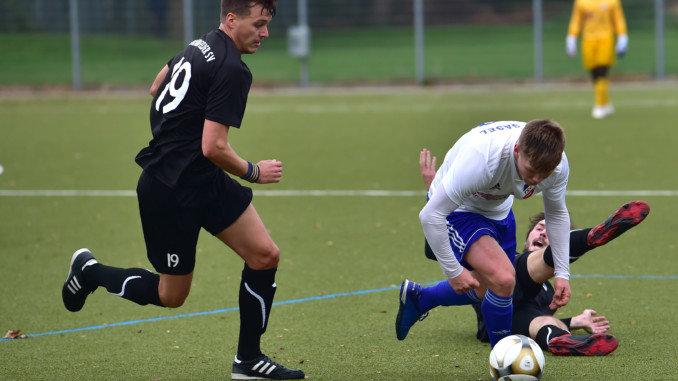 Urgestein: Christian Westphal (im Bild links) geht in seine 13. Saison in der Oberliga, gleichzeitig die 13. Saison mit seinem Bramfelder SV (Foto: Lobeca/Gettschat)